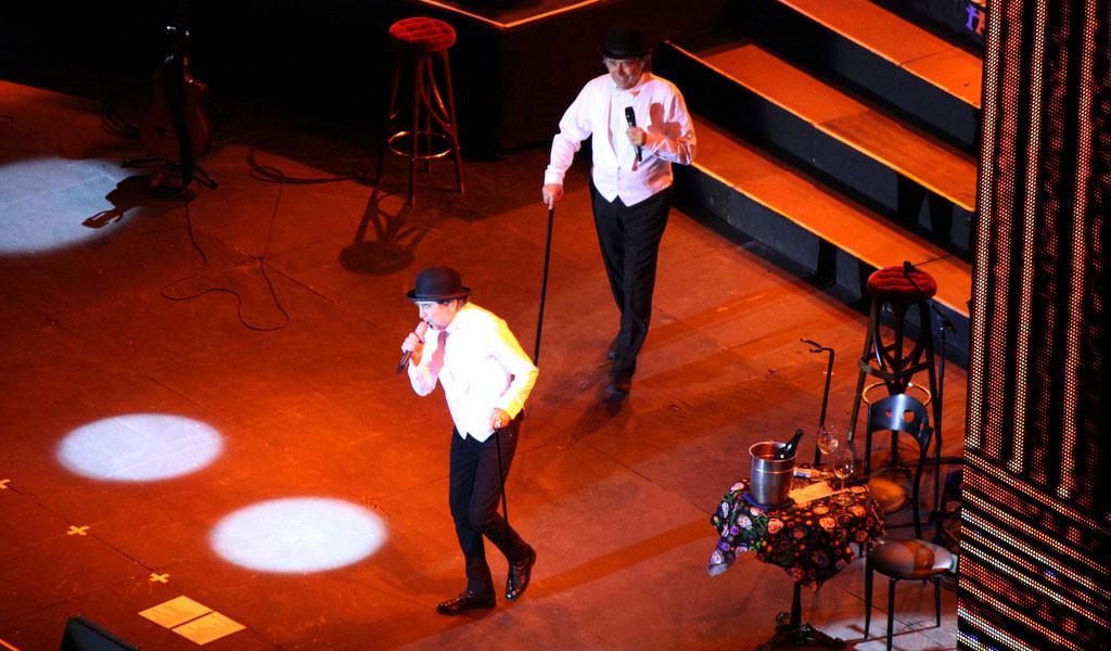 Singing to Cellphones - Jorgeramos.com