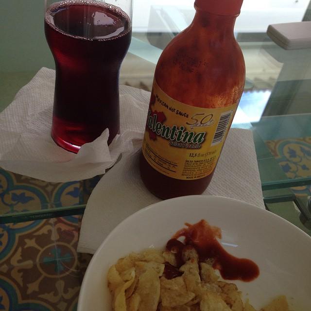 ¿Así o más mexicano? Papitas con salsa Valentina y agua de Jamaica