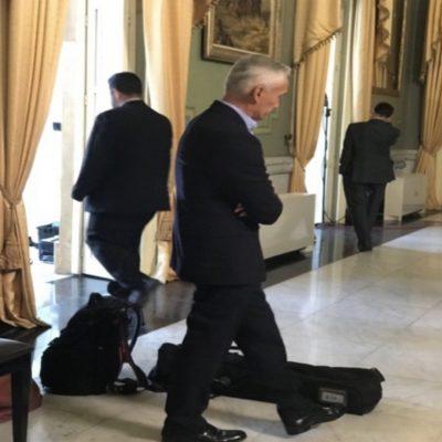 Jorge Ramos espera antes de la entrevista con Nicolas Maduro.